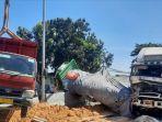 kecelakaan-tiga-truk-karambol-di-pintu-jembatan-sembayat-manyar-kamis-2242021.jpg