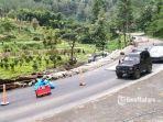 kendaraan-roda-empat-dari-arah-kota-batu-melintas-menuju-kabupaten-kediri.jpg