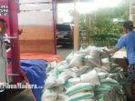 kepala-dinas-sosial-kabupaten-bangkalan-wibagio-suharta-ketika-memantau-penurunan-paket-beras.jpg