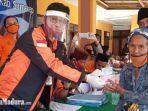 kepala-kantor-regional-vii-jawa-timur-pt-pos-indonesia-arifin-muchlis-membagikan-bansos.jpg