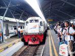 keramaian-penumpang-kereta-api-di-stasiun-gubeng-surabaya.jpg