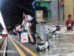 kereta-api-yang-tiba-di-stasiun-di-surabaya-dan-banjir-di-jakarta.jpg