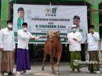 ketua-dpc-pkb-kabupaten-bangkalan-h-syafiuddin-menyerahkan-bantuan-hewan-kurban.jpg