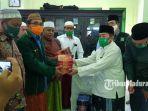 ketua-dpc-pkb-sumenep-kh-imam-hasyim-saat-memberikan-bantuan.jpg