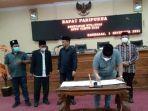 ketua-dprd-kabupaten-bangkalan-muhammad-fahad-menandatangani-penetapan-kua-ppas.jpg