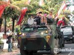 ketua-kpu-bangkalan-fauzan-jakfar-bersama-bupati-r-abdul-latif-amin-imron-naik-kendaraan-panser-anoa.jpg