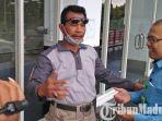 ketua-pmi-cabang-bangkalan-saad-asjari-menegur-store-manajer-hy-fresh-kusnadi.jpg
