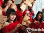 ketua-umum-parta-solidaritas-indonesia-psi-grace-natalie-sobek-amplop-di-kantor-dprd-kota-malang.jpg