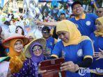 khofifah-indar-parawansa-melepas-ribuan-peserta-mlaku-bareng-ikatan-alumni-universitas-airlangga.jpg