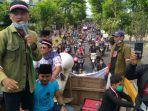 koalisi-masyarakat-madura-bersatu-melakukan-demonstrasi-menuju-kantor-wali-kota-surabaya.jpg