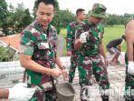 komandan-kodim-0829-bangkalan-letkol-amr-dodot-sugeng-hariadi-ikut-cor-masjid.jpg