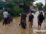 kondisi-banjir-di-jalan-amin-jakfar-kabupaten-pamekasan-madura-aliran-air-sudah-mulai-surut.jpg