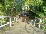 kondisi-jembatan-penghubung-dua-desa-di-kabupaten-sampang-ambruk.jpg