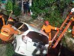 kondisi-mobil-honda-jazz-saat-dievakuasi-oleh-tim-rescue-pmk-surabaya.jpg