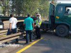 kondisi-truk-trailer-bernopol-l-9663-uk-bermuatan-pampers-di-tol-sidoarjo.jpg