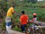 koordinator-tim-relawan-frpb-pamekasan-memotong-pohon-yang-tumbang-di-jalan-raya-trunojoyo.jpg