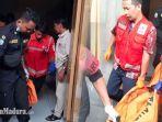 korban-pembunuhan-di-kamar-kos-oleh-mantan-suami-saat-dievakuasi-ke-rsud-dr-soetomo-surabaya.jpg