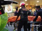 korban-pria-terjatuh-di-tunjungan-plaza-mall-kota-surabaya-saat-dievakuasi.jpg