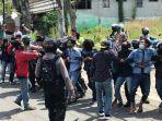 mahasiswa-dan-polisi-sempat-gesekan-dalam-aksi-tolak-omnibuslaw-di-depan-kantor-bupati-gresik.jpg