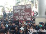 mahasiswa-jember-tergabung-dalam-aliansi-mahasiswa-jember-saat-menggelar-aksi-demonstrasi.jpg