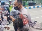 mahasiswa-yang-diduga-provokator-ditangkap-dalam-aksi-unjuk-rasa-di-gedung-dprd-sumenep.jpg