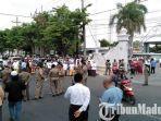 masjid-agung-bangkalan-dipadati-warga-untuk-mensalatkan-jenazah-mantan-bupati-bangkalan-fuad-amin.jpg