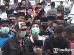 massa-forum-umat-islam-bangkalan-bersatu-fuibb-memadati-halaman-pn-kabupaten-bangkalan.jpg