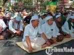 massa-gerakan-ummat-islam-pamekasan-guip-doa-bersama-di-depan-gedung-dprd-pamekasan.jpg