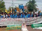 massa-pmii-menggelar-aksi-penolakan-omnibus-law-uu-cipta-kerja-di-depan-gedung-dprd-bangkalan.jpg