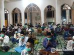masyarakat-desa-plakpak-menghadiri-acara-tahlil-di-rumah-almarhumah-kakak-tertua-menko-polhukam-ri.jpg