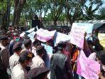 masyarakat-desa-tanjung-kabupaten-pamekasan-demonstrasi-di-depan-kantor-dpmd-pamekasan.jpg