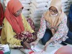 masyarakat-jarin-kecamatan-pademawu-pamekasan-mengambil-paket-sembako-pr-ayunda.jpg
