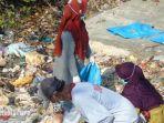 masyarakat-setempat-saat-memungut-sampah-plastik-di-bibir-pantai-tlanakan-pamekasan.jpg