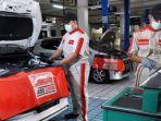 mekanik-auto2000-tampak-sedang-melakukan-perawatan-kendaraan-milik-konsumen.jpg