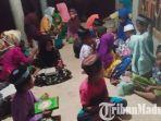 membaca-buku-di-rumah-komunitas-membaca-rkm-di-desa-bujur-timur-kecamatan-batumarmar-pamekasan.jpg