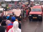 mobil-angkot-yang-menerjang-banjir-anti-mogok.jpg
