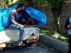 mobil-angkutan-barang-diberhentikan-petugas-polisi-satpol-pp-surabaya.jpg
