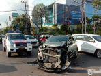 mobil-datsun-cross-yang-menabrak-sebuah-mobil-ambulans.jpg