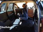 mobil-dinas-kepala-desa-pandanrejo-abdul-manan-sedang-direnovasi-menjadi-ambulans.jpg