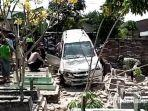 mobil-isuzu-panther-touring-milik-fadoli-yang-masuk-makam-di-desa-winong.jpg