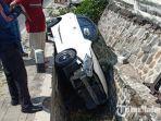 mobil-masuk-ke-selokan-di-jalan-raya-ponorogo-madiun-di-desa-kaibon-kabupaten-madiun.jpg