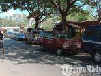 mobil-parkir-liar-di-bahu-jalan-yang-berada-tepat-di-depan-pasar-tradisional-kolpajung-pamekasan.jpg