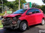 mobil-toyota-yaris-warna-merah-menabrak-pembatas-jalan-depan-gereja-katedral-ijen.jpg