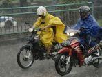 naik-sepeda-motor-saat-hujan.jpg