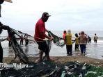 nelayan-jaring-tarik-salah-satu-pesona-wisata-di-pantai-bayem-tulungagung-15-desember-2020.jpg