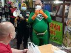 new-man-superhero-milik-pemkot-surabaya-saat-turun-kampanye-protokol-kesehatan-di-surabaya-barat.jpg