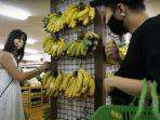 nia-ramadhani-beli-pisang-di-supermarket.jpg