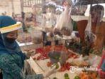 novita-hardini-istri-bupati-trenggalek-berbelanja-bahan-makanan-di-pasar-bendo.jpg