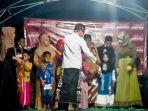 owner-batik-ka_de-pamekasan-abdus-somad-saat-memberikan-santunan-terhadap-puluhan-anak-yatim.jpg