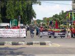 para-aktivis-pmii-dan-buruh-gresik-unjuk-rasa-di-depan-kantor-pemkab-gresik.jpg